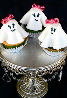 Halloween treats ideas in shape of scary and yet adorable Halloween cupcakes. Check out the selection of 10 the most amazing cupcakes with recipies. Fete Halloween, Halloween Desserts, Halloween Cupcakes, Halloween Ghosts, Holidays Halloween, Halloween Treats, Happy Halloween, Pink Halloween, Halloween Recipe
