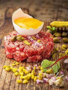 La Tartara di manzo è un piatto tipico della cucina francese: magro filetto di manzo arricchito con scalogno capperi e acciughe, servita con un tuorlo!