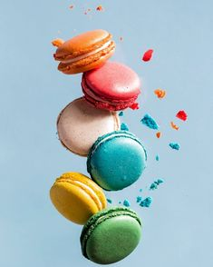 Fondo, macarrons in 2020 Macaron Wallpaper, Food Wallpaper, Disney Wallpaper, Wallpaper Backgrounds, Iphone Wallpaper, Colorful Desserts, Cute Desserts, Rainbow Food, Elements Of Art
