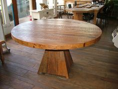 Mesa  redonda em madeira de demolição   http://www.galpaourbanomoveis.com.br/mesa/Mesa-redonda-em-madeira-de-demolicao3