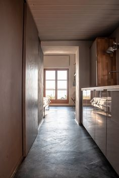 Weinloft III #kitchen #cementfloor #greyfloor Garage Doors, Stairs, Flooring, Grey, Outdoor Decor, Home Decor, Modern Cottage, Gray, Stairway