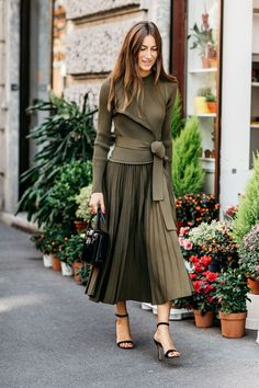 Giorgia Tordini Street style à la Fashion Week printemps-été 2017 de Milan - I love how the color works to make this outfit visually interesting and the long elegant skirt with the sleek jacket. Street Style Outfits, Look Street Style, Autumn Street Style, Street Style Looks, Mode Outfits, Office Outfits, Fashion Outfits, Fashion Trends, Workwear Fashion