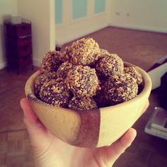 Ingrediënten: – 100 gram havermout – 25 gram (rauwe) cacaopoeder – 8 medjool dadels (of 200 gram gewone dadels) – 50 gram moerbeien Bereidingswijze: 1. Mix de havermout, cacao en dadels in een keukenmachine. Voeg eventueel een klein beetje water toe. 2. Rol balletjes van het mengsel. 3. Maal de moerbeien in een blender totdat het kleine