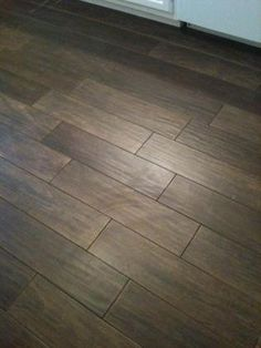 Wood Tile Love this wood look tile, and the random pattern it& laid in. Wood Grain Tile, Wood Plank Tile, Wood Tile Floors, Kitchen Flooring, Wood Look Tile Floor, Wood Floor Texture, Kitchen Floor Tile Patterns, Floor Patterns, Modern Bathroom Decor