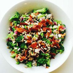 Broccolisalat  dampet broccoli, solsikkekerner, bacon, rødløg og en let dressing af skyr, vand, hvidvins eddike, salt/peber, citronsaft og lidt agave honning.