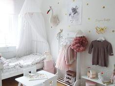 Rosa och vit Svensk lill a flick rum. Instagram photo by @fruedberg. Pink and white Swedish little girl's room.