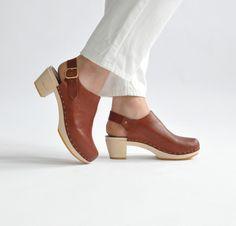 Suzie Closed Toe Clog, Mid Heel///whiskey leather///size 37
