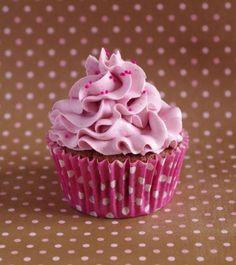 """750g vous propose la recette """"Cupcakes tout framboise"""" notée 4.2/5 par 32 votants."""