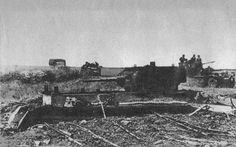 Colonne allemande passant à coté d'un char soviétique enterré. Cette technique permet aux soviétiques d'utiliser des chars obsolètes comme des positions fixes, plutôt que de les envoyer en combat classique contre les troupes allemandes, dans un combat ou ils n'auraient que peu de chance de survivre longtemps