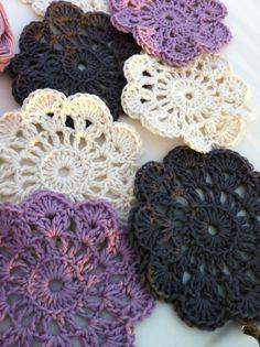 Heklede glassbrikker <3 (majessysslerier) Crochet Doilies, Diy And Crafts, Coasters, Crochet Earrings, Afghans, Knitting, Decoration, Cushions, Hand Crafts