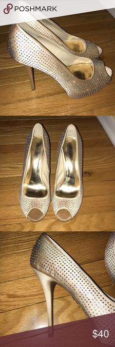 😍open toe Gold bling heels 👠 Jennifer Lopez-Beautiful gold color Bling all over The only flaw is that the bottom of the heels are dirty Platform  5 1/2 heels Jennifer Lopez Shoes Heels