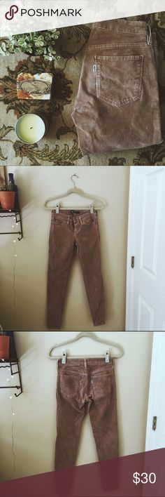 🍂FALL PICK🍂Levi's- Tan Skinny Corduroys Tan corduroy pants with flattering skinny fit! Great condition and a perfect buy for back to school!🍃 Levi's Pants Skinny
