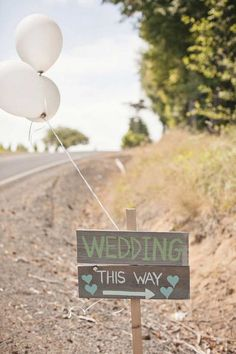 outdoor wedding direction sign ideas with balloon / http://www.himisspuff.com/giant-balloon-photos/6/