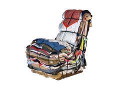 Cadeira feita com retalhos e roupas recicladas