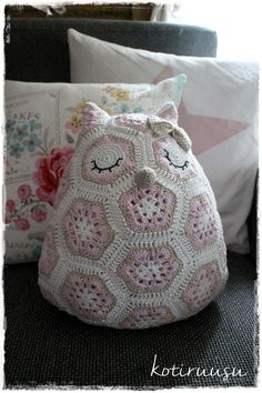 Kotiruusu: Afrikankukista virkattu pöllö Handicraft, Diy And Crafts, Throw Pillows, Knitting, Sewing, Crocheting, Random, Inspiration, Craft