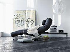 Control av Jens Juul Eilersen ger dig total kontroll över stolens ställning. Huvud, rygg och benstöd är redo att ändras för att passa din kropp - allt efter hur du känner för stunden. Benen i krom fungerar som en fjäder och har hjul för att liggfåtöljen lätt ska kunna flyttas. Eilersenkollektionen kommer som alltid med hög kvalitet och god sittkomfort.