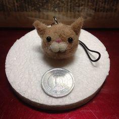 1円サイズの小さな小さなニャンコのストラップです♪羊毛で出来ています。 ハンドメイド、手作り、手仕事品の通販・販売・購入ならCreema。