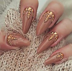 I think I need to do this nude and gold nails  ♠Pinterest@gigi8869♦ don't forget to follow for more pins✌