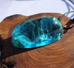 original, colgante de resina, madera y resina, hecho a mano, azul ,  brillante, handcrafted, ecologico, madera reciclada, resin jewelry,