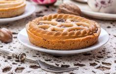 La crostata con crema di castagne è una vera prelibatezza, ottima da gustare sia appena sfornata che a distanza di una settimana dalla sua realizzazione. E' ottima da servire in tavola come dessert alla fine di un pranzo importante oppure da gustare durante i freddi pomeriggi invernali
