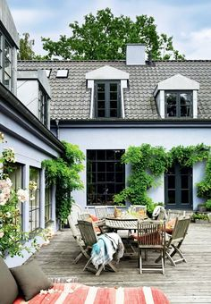 Outdoor life with cozy dinners on the terrace. Backyard Hammock, Backyard Patio, Terrace Design, Patio Design, Cleaning Window Tracks, Outdoor Life, Outdoor Decor, Front Porch Design, Outdoor Furniture Design
