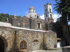 Vista lateral derecha de la Capilla de Nuestra Señora de Loreto, en la Ex-Hacienda de Santa María Regla. Huasca de Ocampo, Hidalgo, México