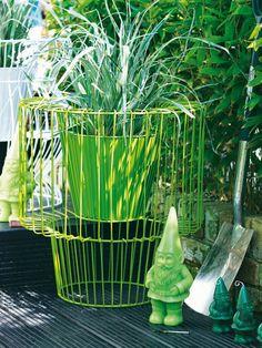 Das Kübel-Kunstwerk aus lackiertem Metall stiehlt jeder Blume die Show. Dazu gesellen sich grüne Gartenzwerge. http://www.fuersie.de/wohnen/wohntrends/galerie/draussen-leben