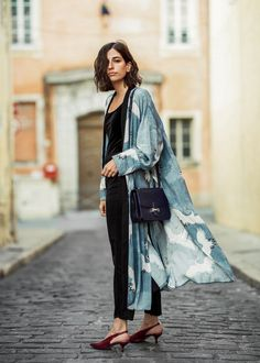 If there is one piece I love having in my closet, it's a kimono inspired robe. Whenever an outfit is too simple, or even boring, a kimono is the fancy pi. Kimono Dress, Kimono Jacket, Dress Up, Black Kimono Outfit, Silk Kimono, Kimono Style, Dress Shoes, Shoes Heels, Look Fashion