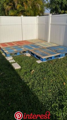 ideas flower front yard florida 60 simple and cheap fire pit and backyard landscaping ideas 25 – Pallet patio decks Pallet Patio Decks, Pallet Patio Furniture, Diy Garden Furniture, Diy Deck, Diy Patio, Backyard Patio, Backyard Landscaping, Pergola Patio, Pallet Porch