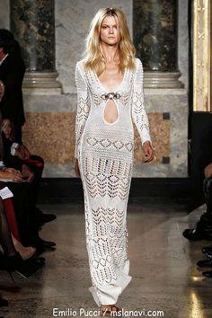 agen, dass das Modell gehört zu den Designer Emilio Pucci. Hier ist ein Podium und ein sehr schönes Kleid.