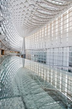 The magnificent fluid delight of the vast Tokyo International Forum, Marunouchi, Chiyoda-ku, by architect Rafael Viñoly (1996)
