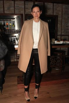 Style Muse: Jenna Lyons' Signature Coat Over the Shoulders Look - StyleCarrot Business Fashion, Paar Style, Business Outfit Frau, Camel Coat Outfit, Jenna Lyons, Parisienne Chic, Leather Trousers, Mode Inspiration, Mode Style