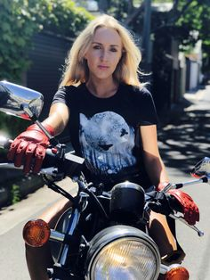 T-shirt & gloves - www.blackbirdmotorcyclewear.com Womens Motorcycle Fashion, Motorcycle Wear, Motorcycle Style, Biker Style, Motorbike Jackets, Cafe Racer Girl, Red Gloves, Shirt Print Design, Black Print
