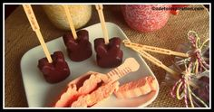 Bunny Hot Chocolate on a stick with carrot marshmallows Easter Recipes, Snack Recipes, Snacks, Easter Ideas, Easter Crafts, Edible Crafts, Cocoa Bar, Hot Chocolate Bars, Creative Food