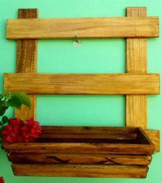 Kit escada de 50 x 50 cm, com um cachepot (37 x 14 x 10 cm), com verniz cerejeira.