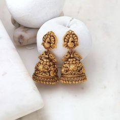 Gold Jewelry Design In India Gold Jhumka Earrings, Jewelry Design Earrings, Gold Earrings Designs, Gold Jewellery Design, Antique Earrings, Gold Temple Jewellery, Indian Wedding Jewelry, Gold Jewelry, Unique Jewelry