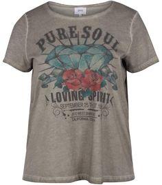 Tee-shirt imprimé Pure Soul de la marque de vêtements grande taille Zizzi. Pour les femmes rondes, un style rock et branché à porter en soirée avec une jupe en similicuir ou avec un jean. Dispo sur www.pampleon.com