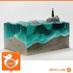 SCULTURE… OCEANICHE Avendo trascorso la maggior parte della sua vita sulle coste della Nuova Zelanda, Ben Young è sempre stato ispirato dall'oceano. Ed ecco perché l'artista realizza sculture ispirate alle acque maestose, fatte di strati sovrapposti di vetro che sembrano davvero ricordare il fluttuare delle onde…