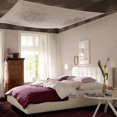 Schlafzimmer mit hoher Raumdecke