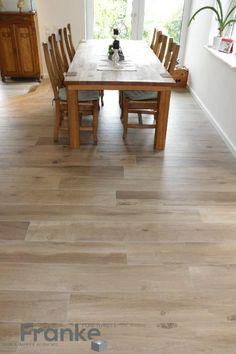 Esszimmer im angesagtesten Trend Holzlook. Die Fliese strahlt Wärme und Natürlichkeit nicht nur in der Optik sondern auch in der Haptik aus. www.franke-raumwert.de #Esszimmer #Wohnzimmer #Holz #Livingroom