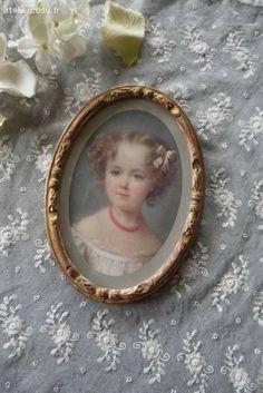 Portrait d'enfant dans un cadre ancien Brocante de charme atelier cosy.fr