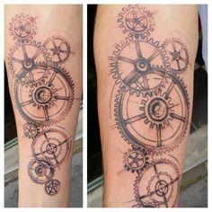 Tatouage Engrenage 1 - Bichon LaPageTatouage http://lapagetatouage.fr/wp-content/uploads/2014/12/Tatouage-Engrenage-1-Bichon.jpg http://lapagetatouage.fr/portfolio/tatouage-engrenage-2/