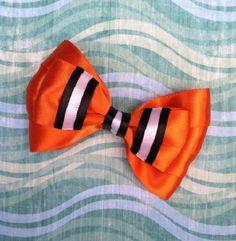 Laço inspirado no personagem do filme da Disney Nemo  Feito com fita de cetim de ótima qualidade.  Tamanho aproximado 10 cm  Laço com bico de pato