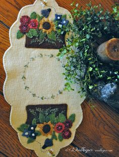 Love the shape and background color of the table runner, the embroidery that fills in the blank center space. MAKE ROUND Wool Applique Quilts, Wool Applique Patterns, Wool Quilts, Wool Embroidery, Felt Patterns, Felt Applique, Felted Wool Crafts, Felt Crafts, Penny Rug Patterns