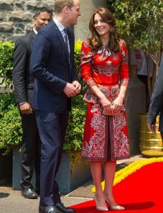 April The Duke and Duchess of Cambridge visited the Taj Mahal Palace, Mumbai. The Duchess wore bespoke red Alexander McQueen, Fern pumps by L. Bennett and Russell & Bromley Curvy clutch bag. Kate Middleton Prince William, Prince William And Catherine, Duke And Duchess, Duchess Of Cambridge, Looks Kate Middleton, Duchesse Kate, Style Royal, Princesa Kate Middleton, Indian Colours