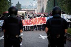 Los estudiantes protestan contra los recortes y la subida de las matrículas : la huelga también quiere mostrar el rechazo ante el fuerte aumento de las matrículas : los alumnos del campus Mundet corta Ronda de Dalt y los de Zona Universitaria, la Diagonal / @ivallespin @elpaiscatalunya | #universidadencrisis