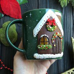 189 отметок «Нравится», 12 комментариев — ВКУСНЫЕ ЛОЖКИ И КРУЖКИ (@ezhevika_lyu) в Instagram: «Вот он - пряничный домик из вчерашнего бесплатного прямого эфира. Я его доработала - окно покрыла…» Polymer Clay Christmas, Polymer Clay Canes, Polymer Clay Miniatures, Fimo Clay, Clay Projects, Clay Crafts, Diy And Crafts, Mug Noel, Christmas Mugs