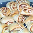 Pizza Pinwheels recipe from Allrecipes. Ingredients: 1 ounce) can refrigerated crescent roll dough, 2 cups shredded mozzarella cheese, 24 slices pepperoni, 1 ounce) c. Pizza Appetizers, Finger Food Appetizers, Appetizers For Party, Finger Foods, Appetizer Recipes, Snack Recipes, Pinwheel Appetizers, Pizza Snacks, Christmas Appetizers