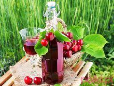 kładniki na nalewkę z wiśni: 1,5 kg wiśni ok. kilograma cukru 500 ml spirytusu 500 ml czystej wódki Przepis na nalewkę z wiśni Beaty Tyszkie...