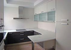 Foto de reforma de cocina diseño minimal, puertas lisa color gris y blanco, encimera blanca mármol macael, suelo porcelanico madera y azulejo blanco